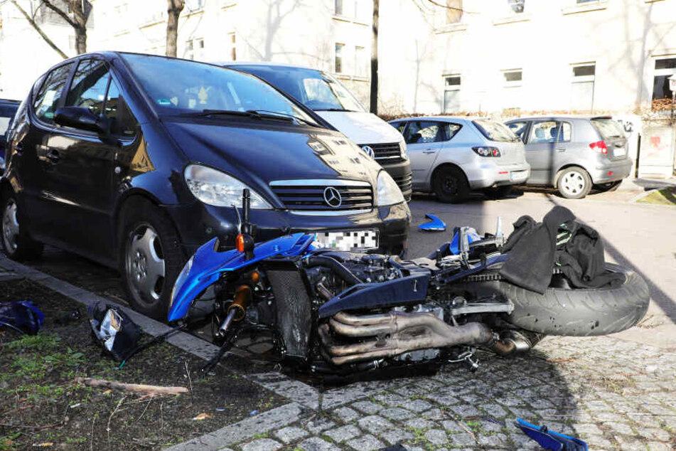 Schwerer Unfall in Löbtau zerlegt Motorrad in zwei Teile