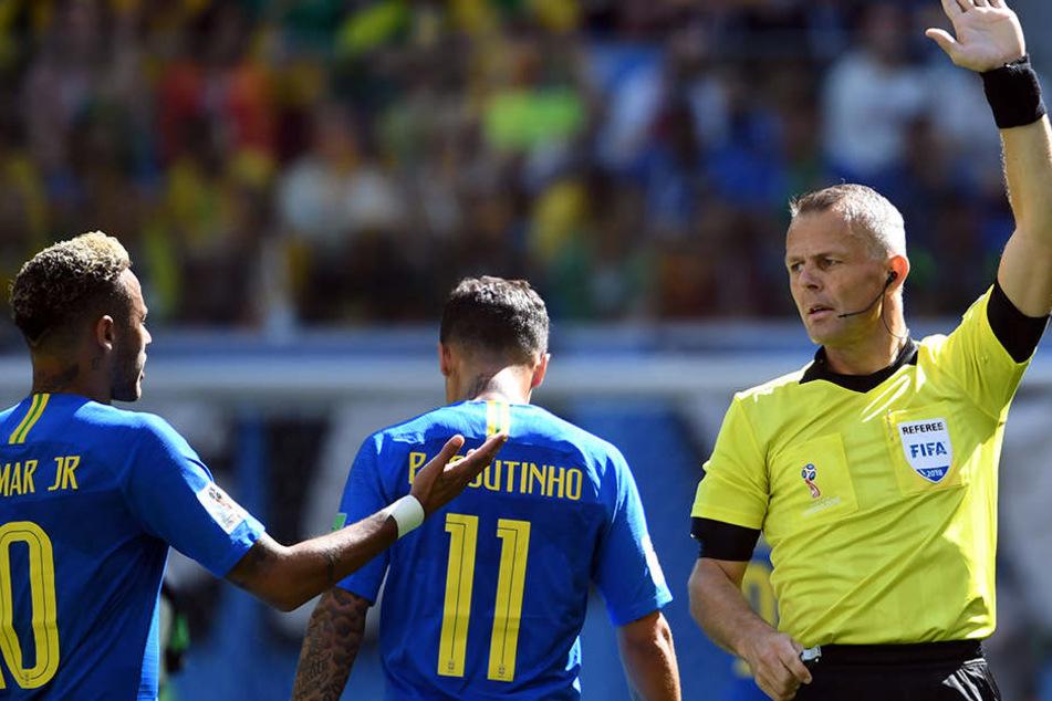 Neymar (l.) und Coutinho, die beiden brasilianische Torschützen neben dem Schiedsrichter der Partie - Björn Kuipers (Niederlande).