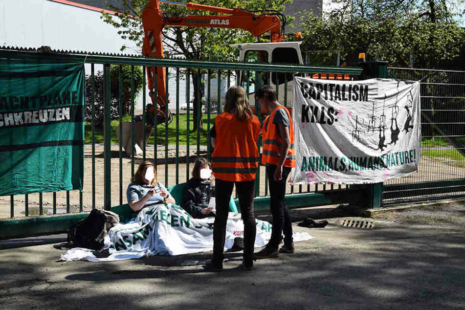 Einige Teilnehmer ketteten sich an einen Zaun.