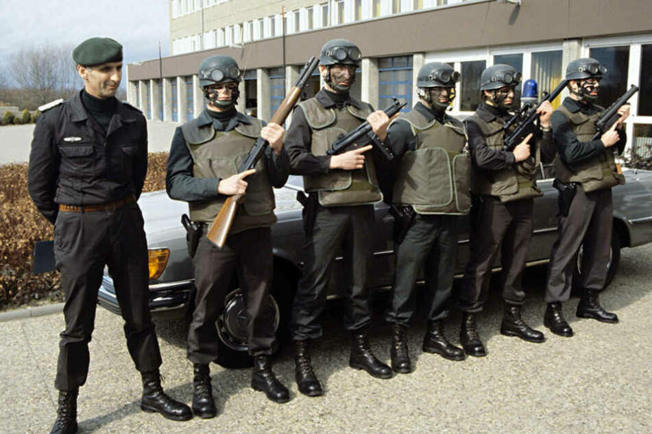 Kommandeur Ulrich Wegener (l) mit der kleinsten taktischen Einheit der GSG 9, der Spezialeinsatztruppe 1979.