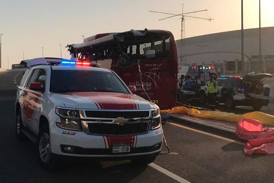 Dieses vom Dubai Police Headquarters veröffentlichte Bild zeigt ein Polizeifahrzeug an der Unfallstelle neben dem Bus.