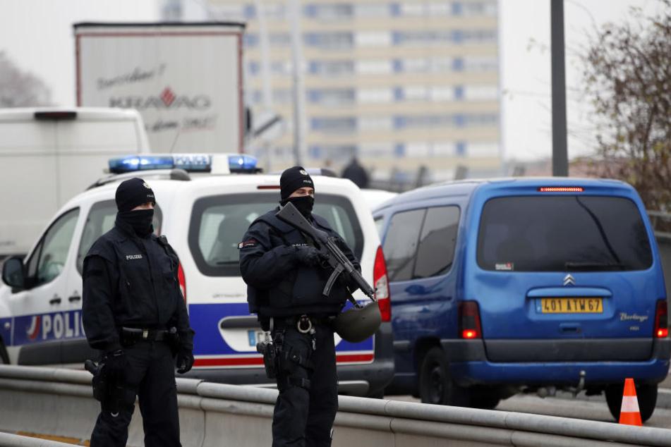 Deutsche Polizisten stehen an der deutsch-französischen Grenze nach einem Anschlag auf dem Weihnachtsmarkt in Straßburg.
