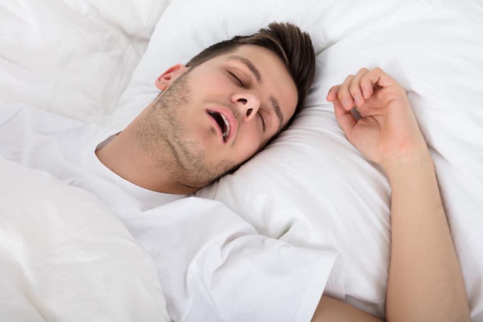 Mann legt sich friedlich schlafen und wird nachts