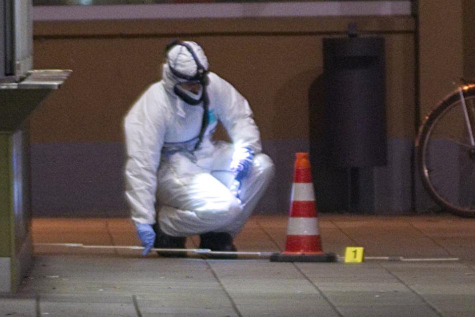 Bis in die frühen Morgenstunden sicherten Beamte des Landeskriminalamtes Spuren am Tatort.