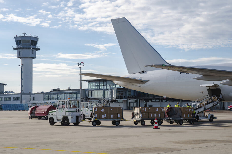 Rund 500.000 Corona-Test-Kits werden nach ihrer Ladung am Flughafen Erfurt-Weimar aus der Boeing B-757 geholt.