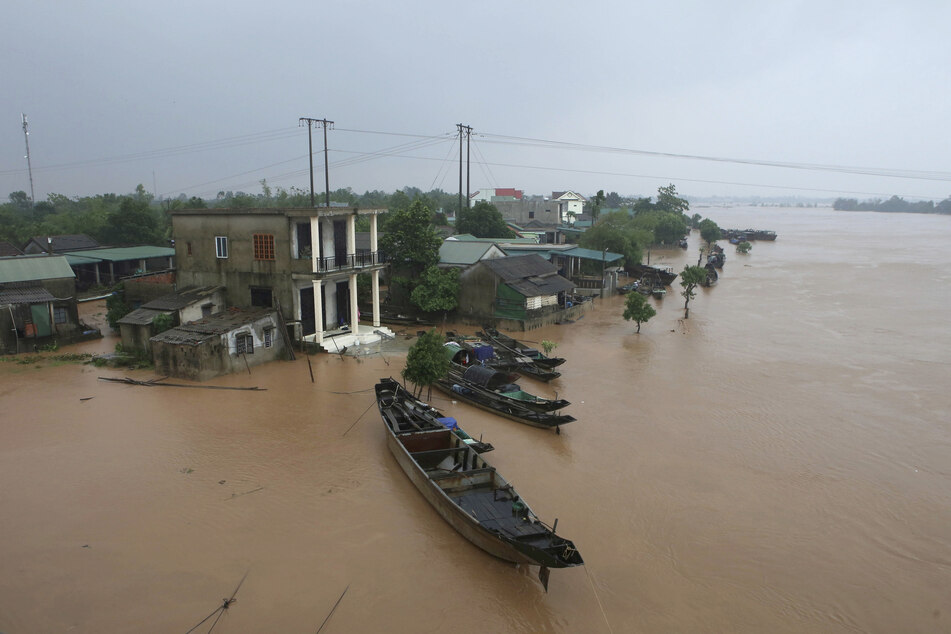 Several houses in Quang Sri are under water.