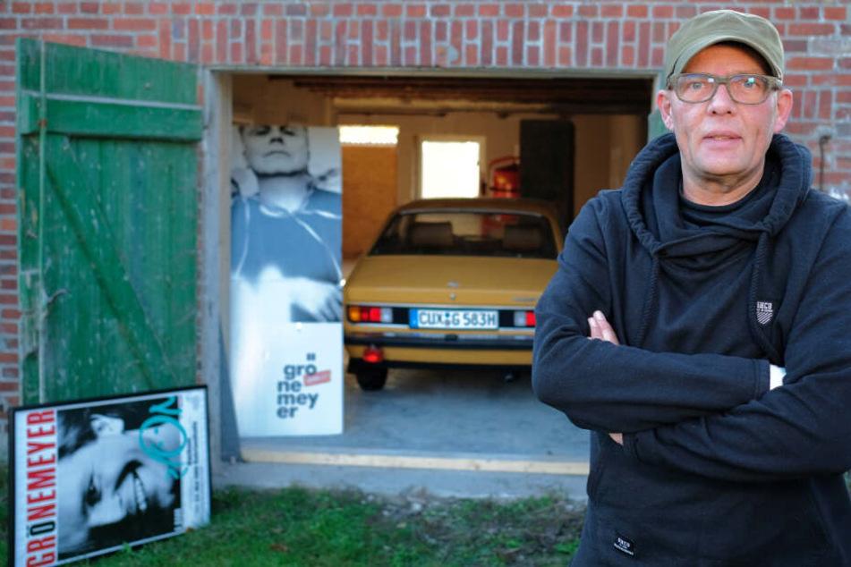 Wolfgang Heß steht vor dem Gebäude, in dem er die Schätze aufbewahrt.
