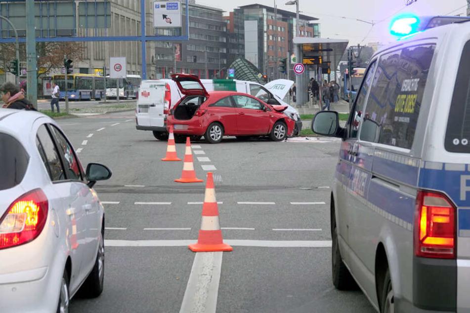 Chemnitz: Unfall in Chemnitzer City: Auto kracht in Transporter
