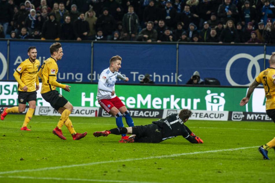 Jeder Fehler wird bestraft: Diese Erfahrung musste Dynamo im Februar machen, als man nach einem Lapsus von Keeper Markus Schubert kurz vor Schluss den entscheidenden Gegentreffer durch Lewis Holtby (M.) kassierte.