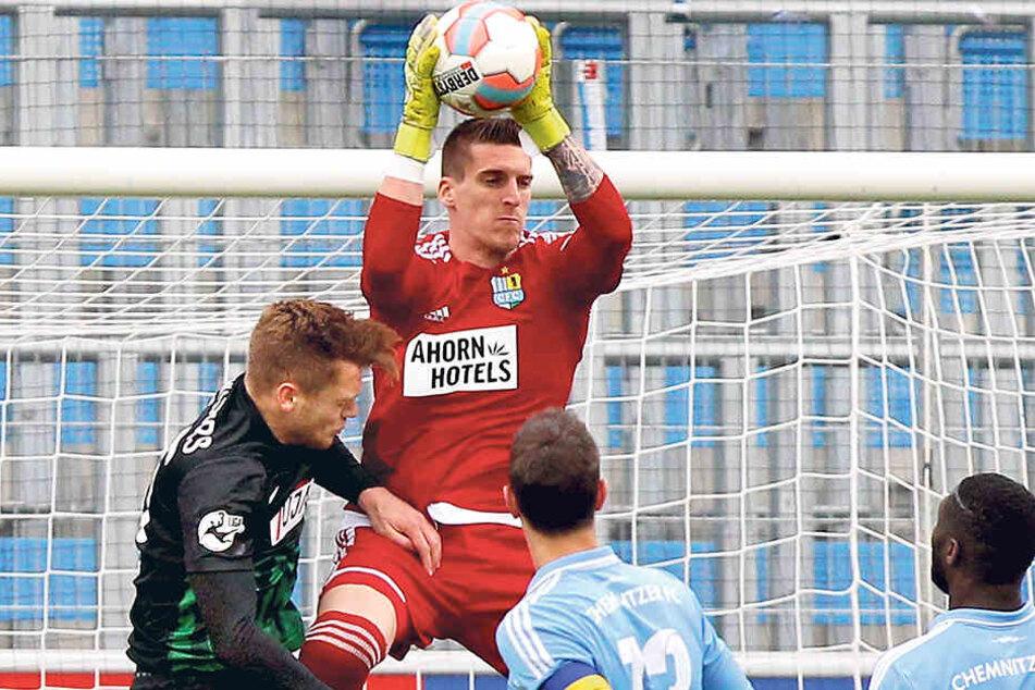 Drei Mal musste Kevin Kunz am Sonntag hinter sich greifen. Diesen Ball fing der Torhüter vor dem Münsteraner Lion Schweers sicher weg.