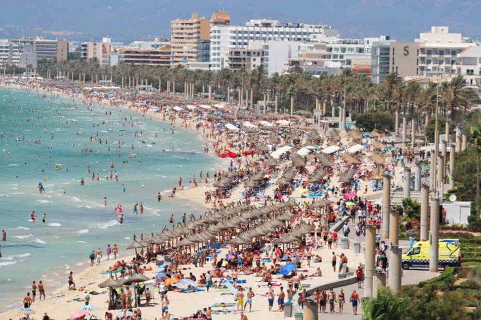 Touristen sonnen sich am Strand von El Arenal auf der Balearen-Insel Mallorca. Demnächst soll es hier weniger Suaftourismus geben.