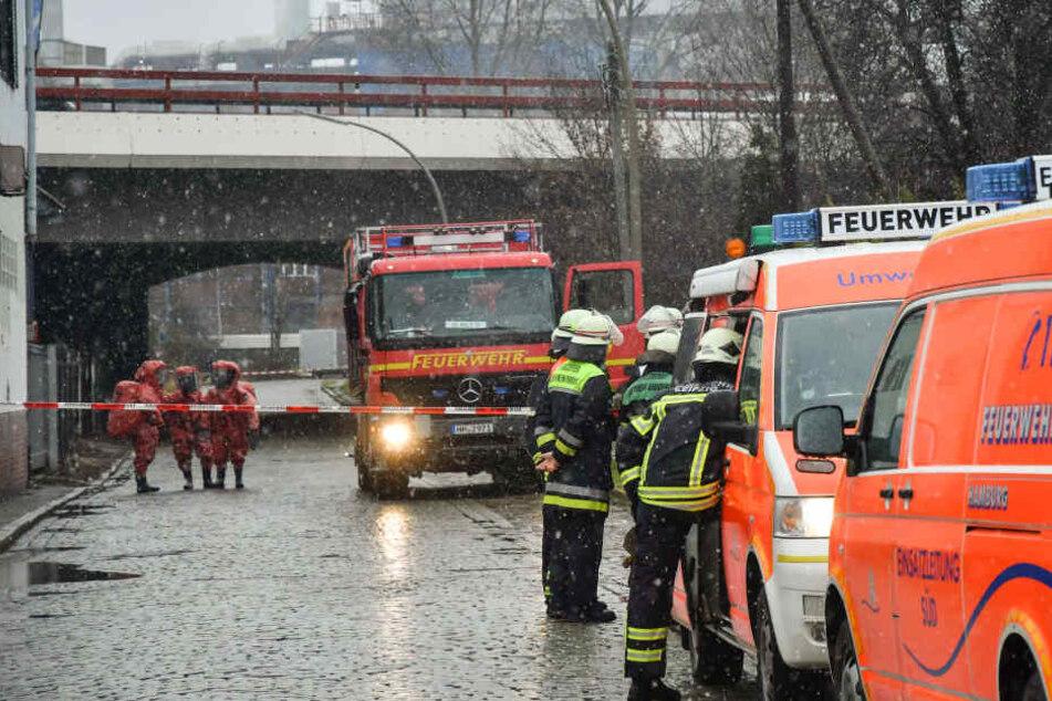 Die Feuerwehr konnte das heiße Aluminium mit Wasser abkühlen. (Symbolbild)