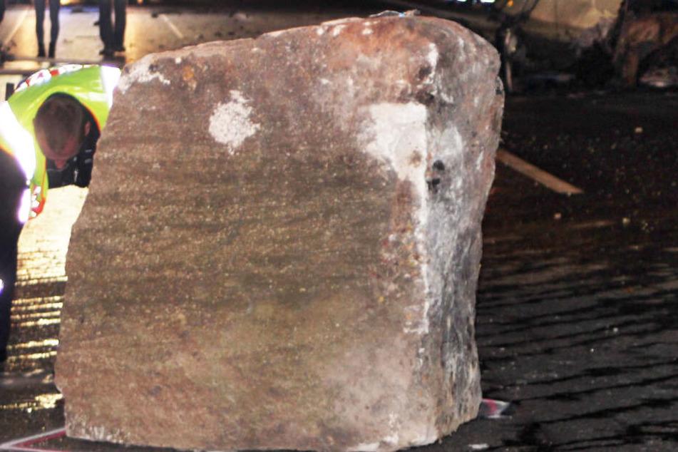 Tonnenschwerer Felsbrocken stürzt auf Autobahn: Porsche-Fahrer stirbt qualvoll in seinem Wagen