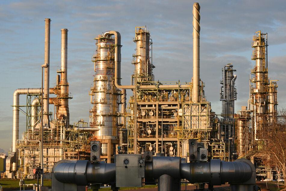 Pro Tonne CO2, die beim Verbrennen entsteht, müssen verkaufende Unternehmen wie Raffinerien vorerst 25 Euro zahlen.