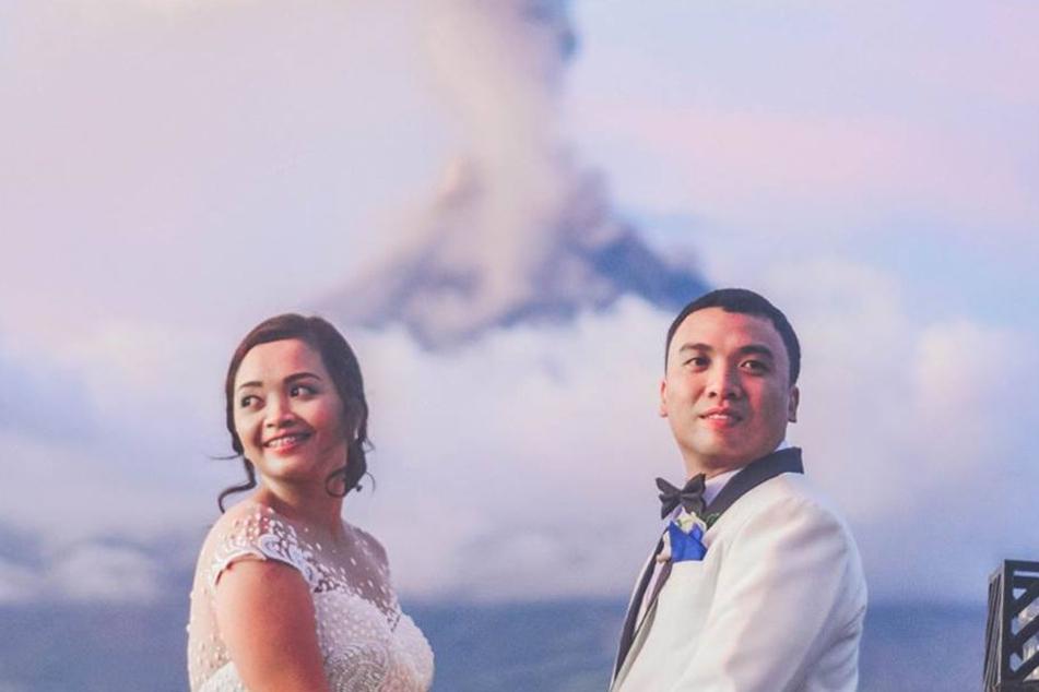 Die beiden nutzten den spektakulären Anblick für ihre Hochzeitsfotos.