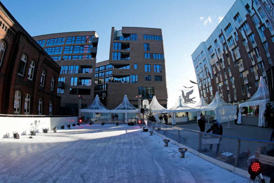 In der Hafencity können Besucher auf einer Eisbahn Schlittschuhlaufen.