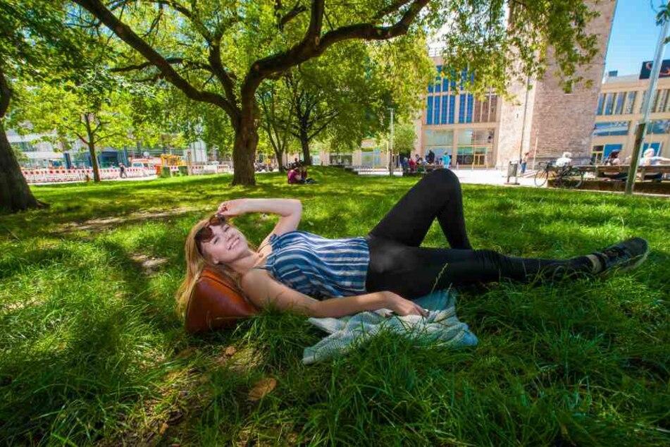 Alicia Polinka (18) sucht sich zum Entspannen ein schattiges Plätzchen im Stadthallenpark.