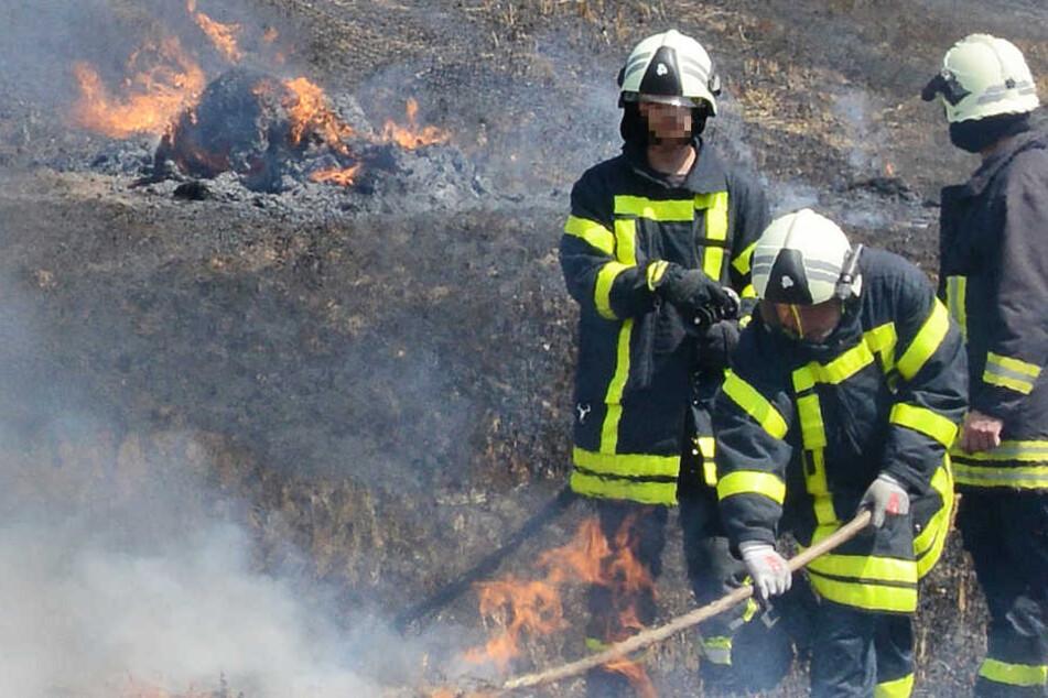 Acker in Flammen: Polizei sperrt Bundesstraße