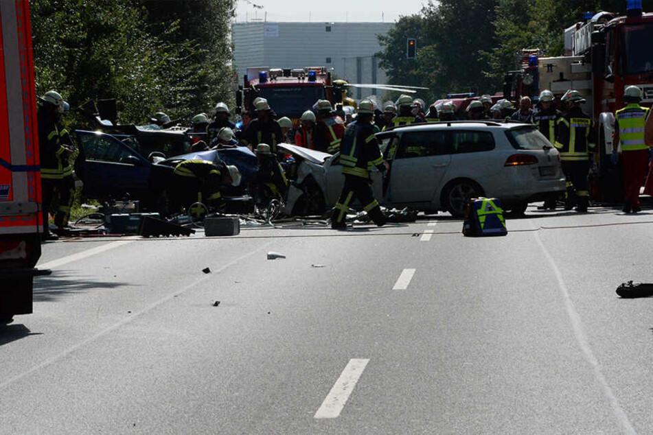 Rund 40 Einsatzkräfte waren vor Ort, um den Verletzten zu helfen.