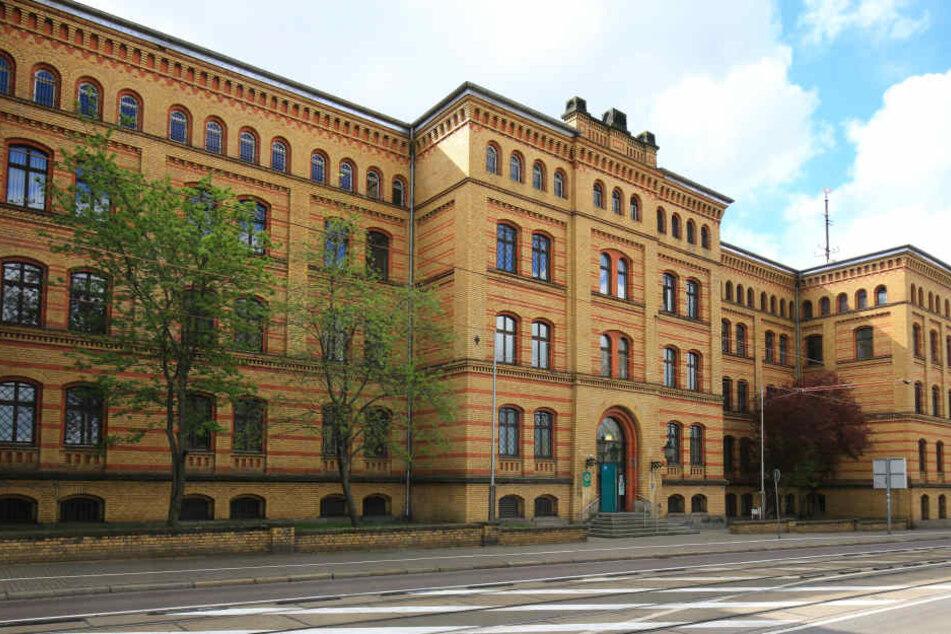 Der erste Blick täuscht: Das Polizeigebäude auf der Hallischen Straße ist seit Jahren einem erbärmlichen Zustand.