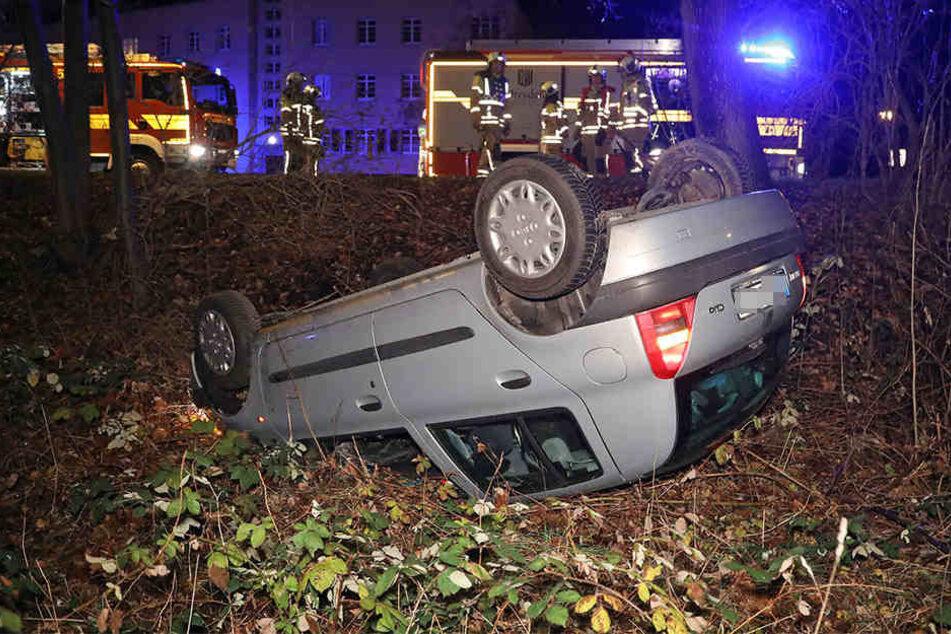 Der Unfallwagen blieb auf den Dach liegen.