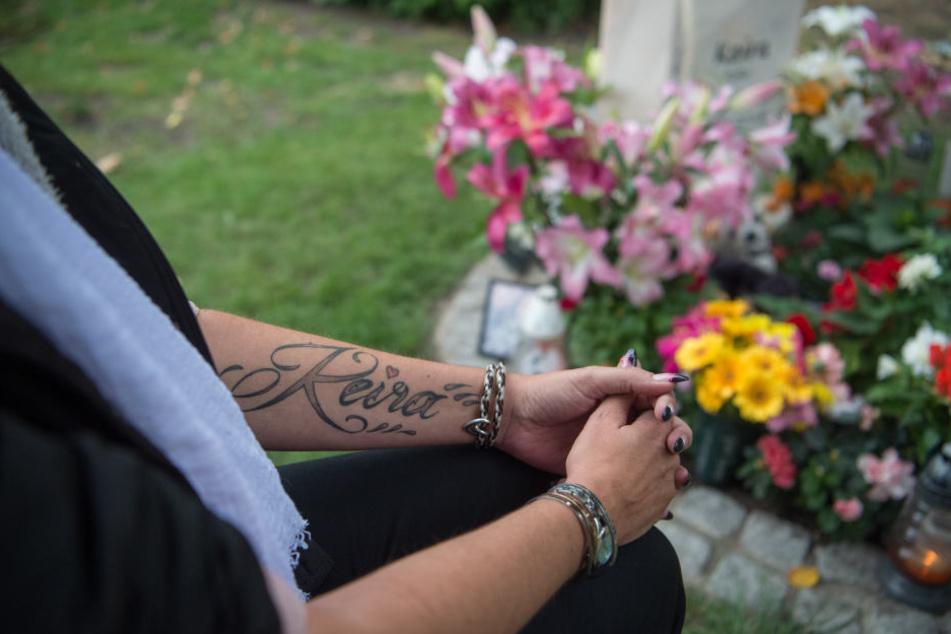 Die Mutter der 14-jährigen Keira trauert an ihrem Grab.