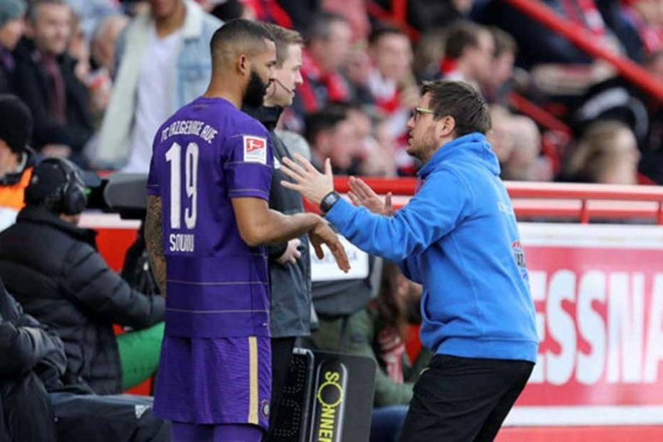 """FCE-Coach Hannes Drews (r.) scheint Cebio Soukou zu zeigen: """"So viel fehlte da bloß!"""""""