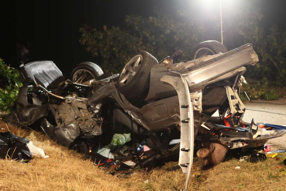 Einer der Männer wurde im Auto eingeklemmt und starb noch an der Unfallstelle.