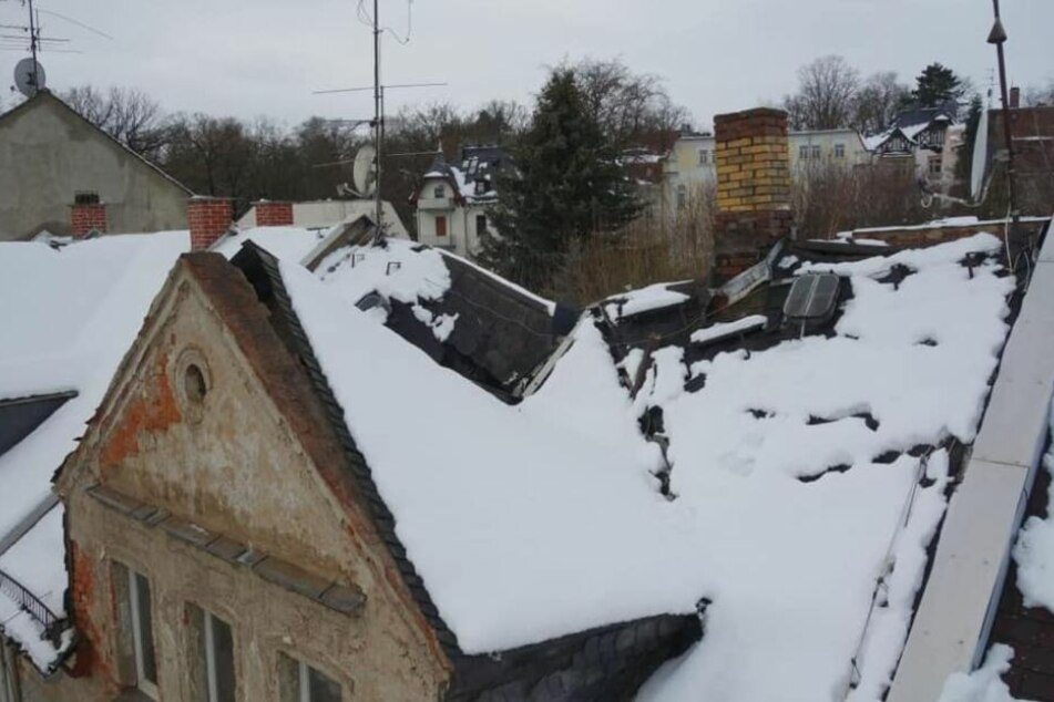 Das Dach dieses Wohnhauses in Crimmtischau hielt den Schneemassen nicht stand.