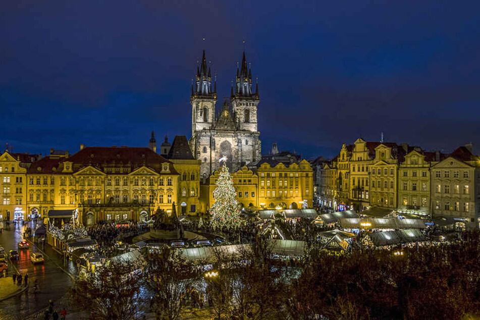 In anderthalb Stunden kann man über die Autobahn A17/D8 vom Striezelmarkt zum Weihnachtsmarkt auf den Altstädter Ring nach Prag wechseln.