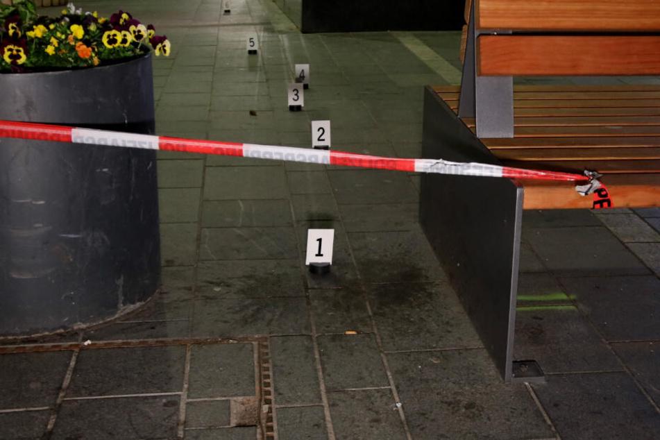 Markierungen stehen am Tatort: Ein Jugendlicher wurde in der Regensburger Innenstadt niedergestochen.