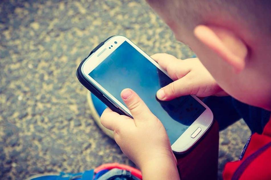 Theoretisch nicht gern gesehen, praktisch ein großer Helfer: Smartphones in Kinderhänden.