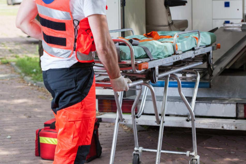 Die Frau, die zuvor über eine rote Ampel gegangen war, erlitt schwere Verletzungen. (Symbolbild)
