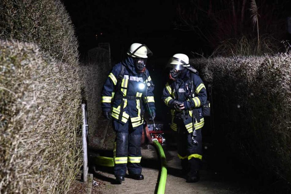 Mit Atemschutz rückten die Kameraden der Magdeburger Feuerwehr gleich zweimal in die Gartenanlage aus.