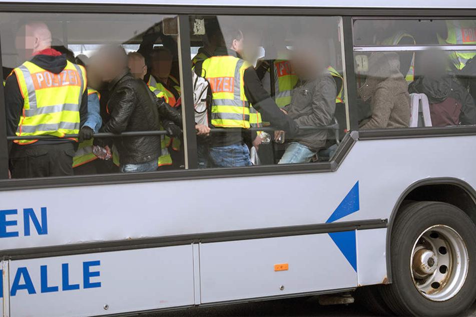 57 Polizeibeamte und ein leitender Mitarbeiter der Bundespolizei begleiteten die 14 Abgeschobenen nach Kabul. (Symbolbild)