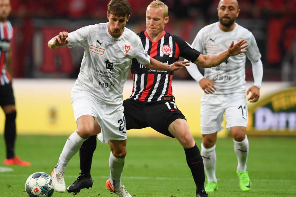 Sebastian Rode (mittig im Hintergrund) spielte erstmals seit seinem erneuten Knorpelschaden im Knie, den er sich im Europa-League-Halbfinale gegen Chelsea zugezogen hatte.