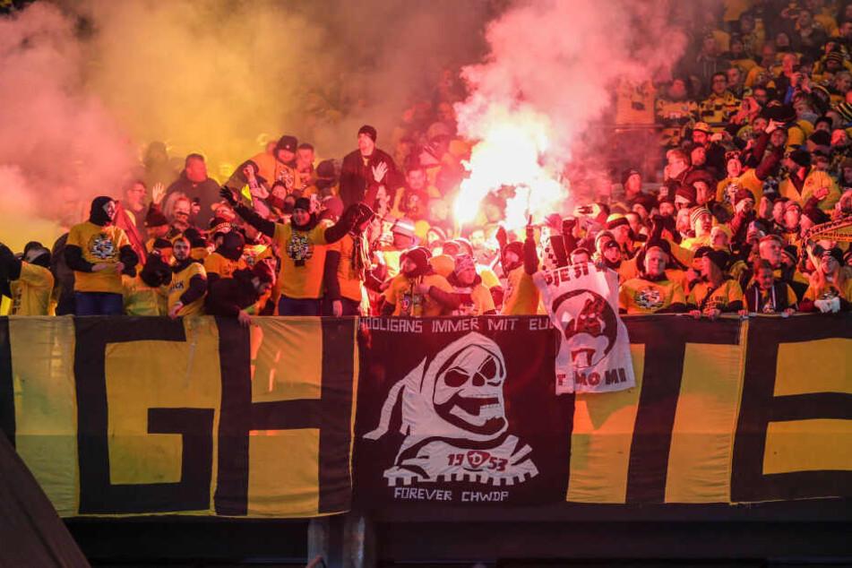Die Dynamo-Fans nebelten zu Beginn des Spiels den Block ein.