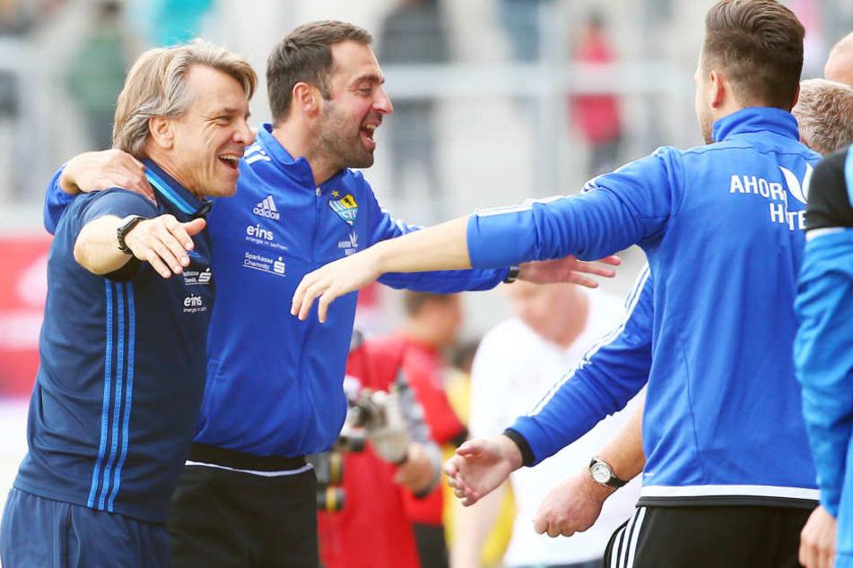 Seid umschlungen.CFC-Chefcoach Horst Steffen (l.) und sein Co-Trainer Sreto Ristic hatten in Halle nach acht sieglosen Spielen endlich wieder Grund zum Jubeln.