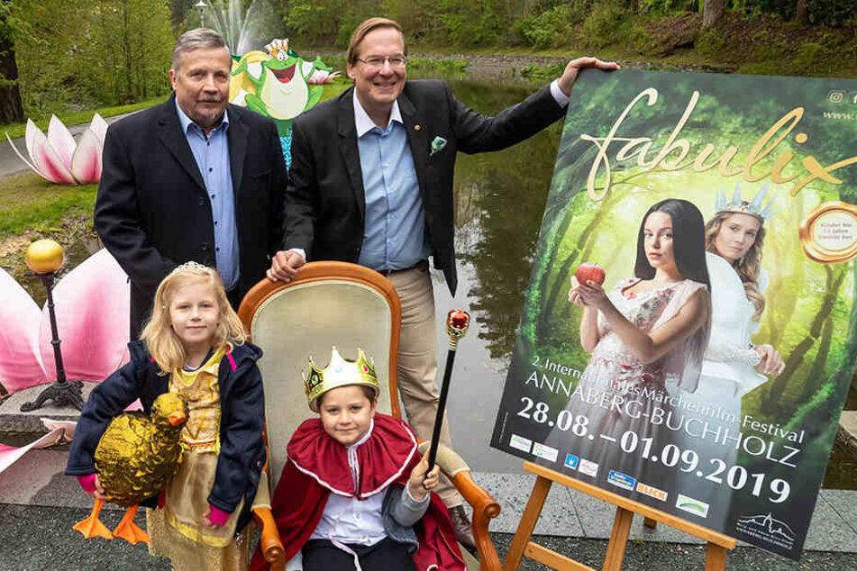 """""""fabulix"""" kommt: Oberbürgermeister Rolf Schmidt (l.) mit Festivaldirektor Filip Albrecht, Königin Anneliese Eig (7) und König Kurt Walter (6)."""
