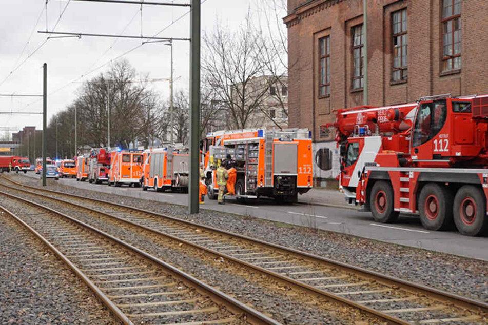 Mehrere Einsatzfahrzeuge der Berliner Feuerwehr stehe auf der Hauptstraße vor dem betroffenen Gebäude.