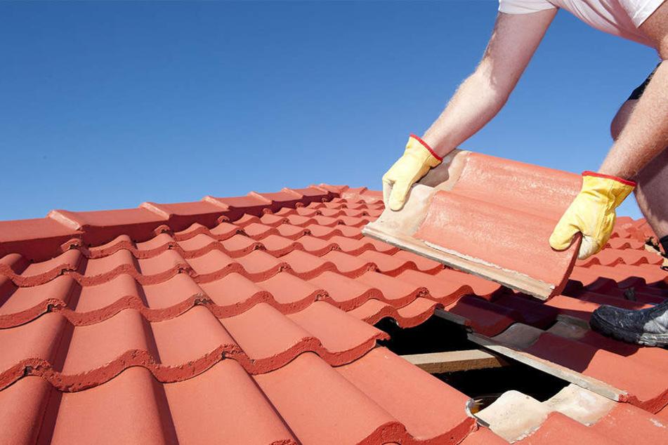 Nach dem Tod des Dachdeckers ermittelt nun der Arbeitsschutz. (Symbolbild)