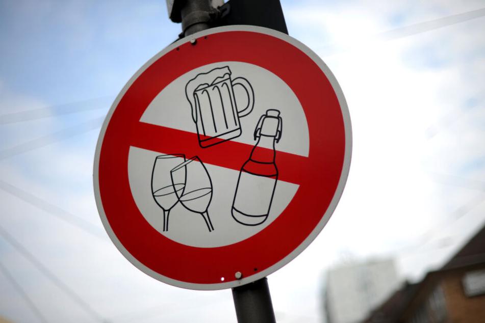 Nach den Narren kommt die Fastenzeit. Zufällig passend, weist ein Schild in der Innenstadt von Duisburg auf ein Alkoholverbot hin.