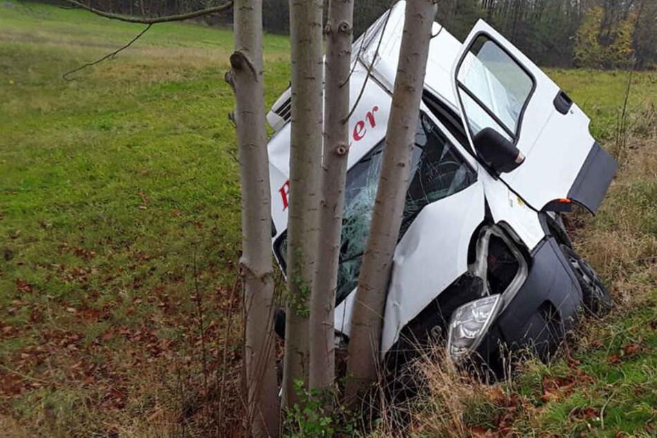 Ein Transporterfahrer ist gegen einen Baum geknallt.
