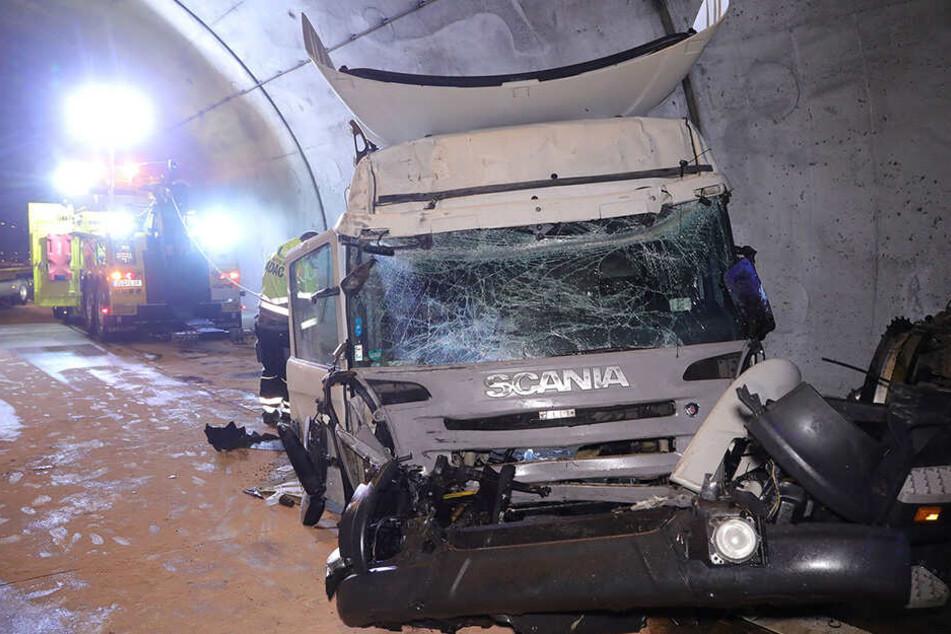 Heftiger Unfall auf der A17 in Dresden: Laster kracht gegen Tunnelwand
