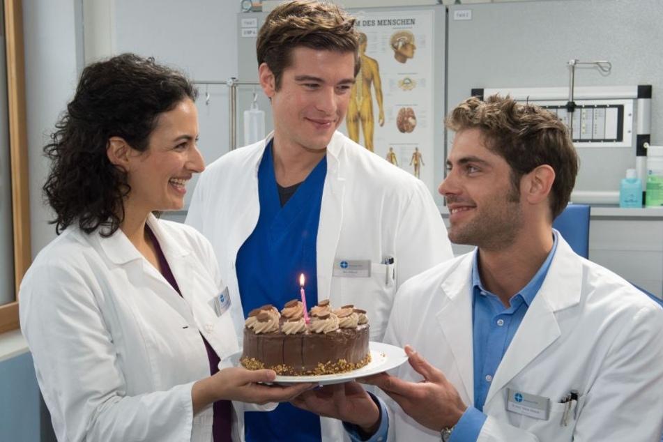 Die Jungen Ärzte werden die Schüler im Internat besuchen.