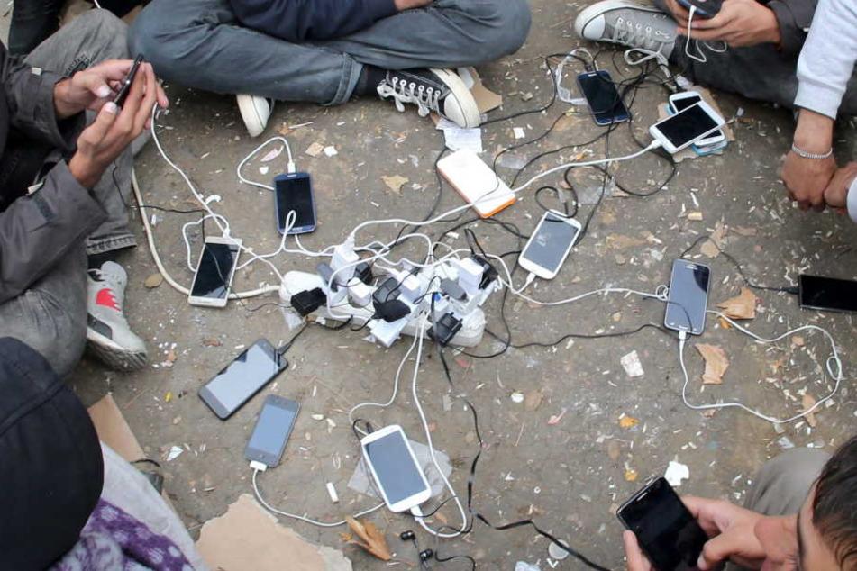 Viele Flüchtlinge haben Probleme bei Verträgen von Smartphones oder mit Versandhändlern und fallen auf Fakes rein. (Symbolbild)