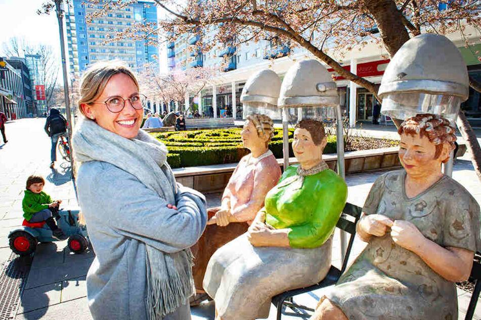 Frauen beim Friseur, mitten in der Stadt: Christel Lechner bildet mit ihren Skulpturen Alltagsmenschen ab.