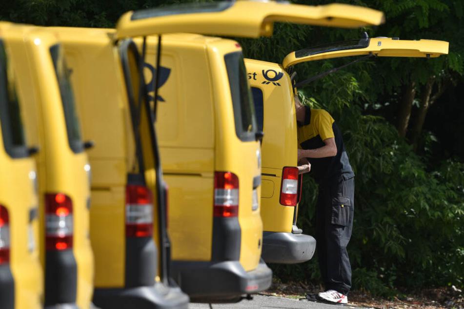 Schwerer Arbeitsunfall! Postbotin wird von eigenem Auto überrollt