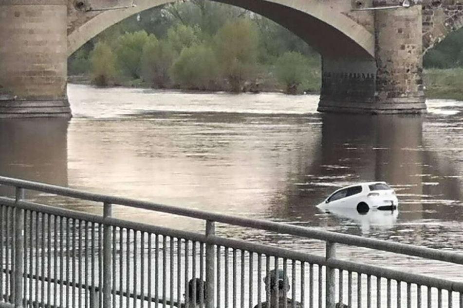 Im sächsischen Pirna ist am gestrigen Sonntagnachmittag ein VW Golf in die Elbe gerollt und gesunken.