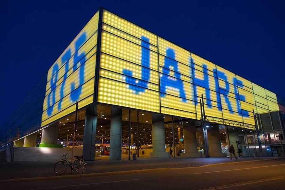 Die Fassade des Hauptbahnhofs leuchtet für ein Kunstprojekt bis zum Wochenende die ganze Nacht.